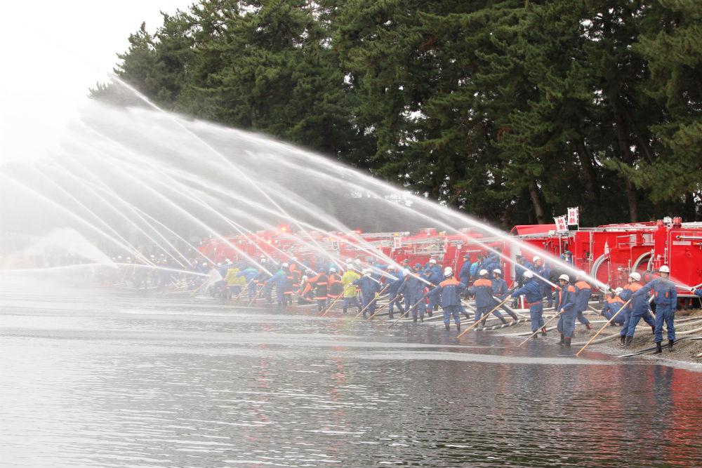 びわ湖への一斉放水が圧巻!高島市消防合同出初式