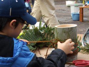親子で協力して門松を手作り in みなくち子どもの森