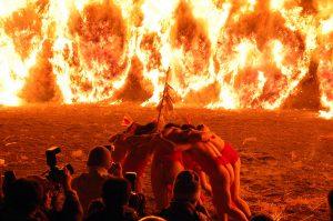 【1/12】天まで上る大蛇の炎は圧巻! 『勝部の火祭り』