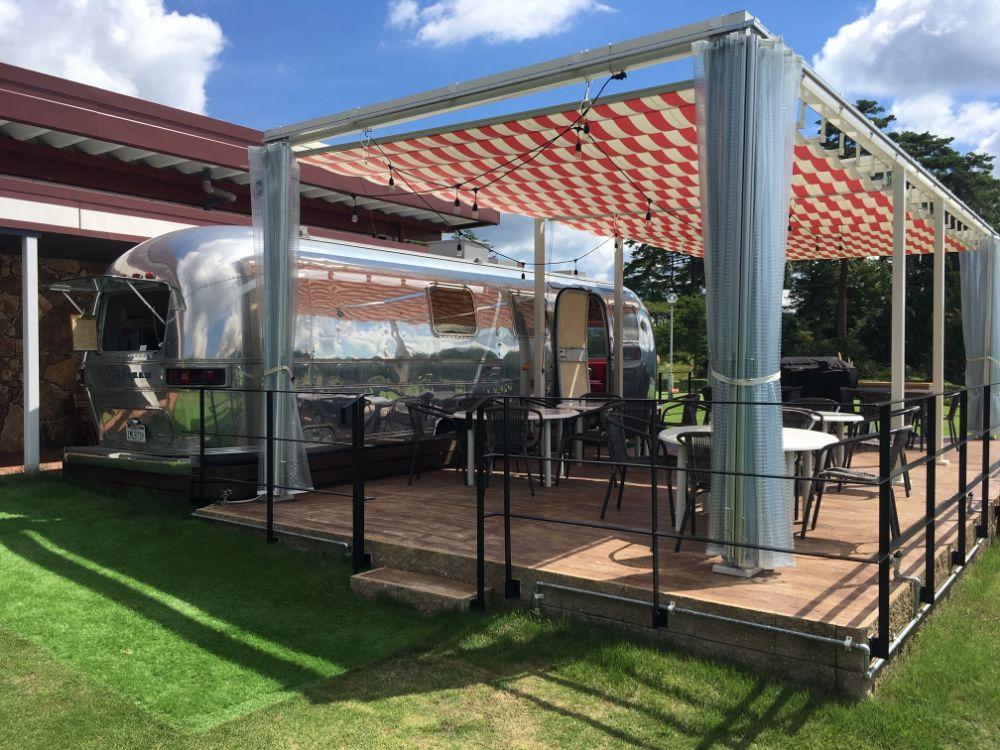 【ROSE GOLF CLUB】開放的な青空の下、リゾート感あふれるカフェでBBQを